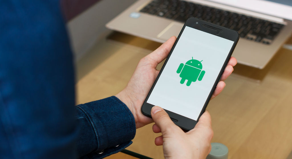 smartphone-android-os-in-hand